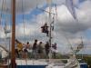 Jelle B wordt in de mast gehesen van de Ya